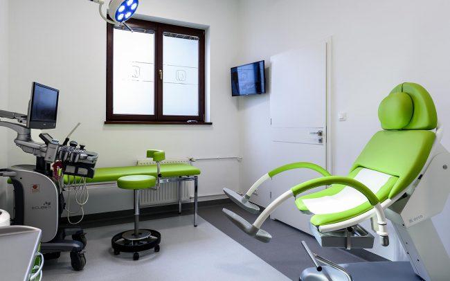 ginekologiczny fotel i sprzęt dyagnostyczny u lekarza ginekologa