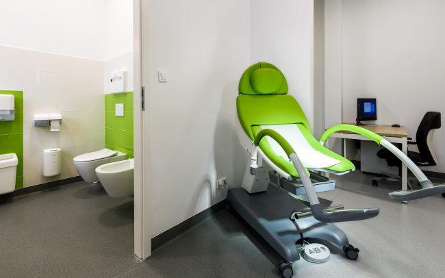 ginekologiczny fotel w gabinecie u lekarza ginekologa