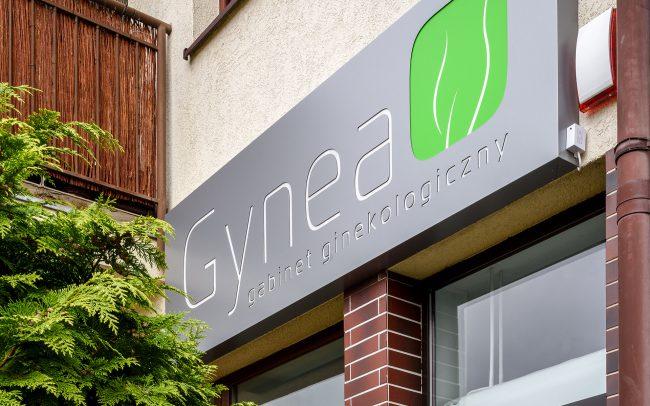 szyld gabinetu ginekologicznego Gynea w Smolcu koło Wrocławia-